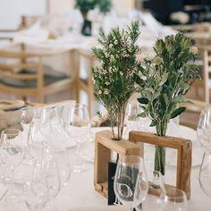 * 会場装花。 . フレアージュ桜坂の装花は、草花の種類や器が テーブルごとに変わるのが特徴。 . そのどれもが、まるでどこかから摘んできたかのような素朴さと繊細さがあって、ため息がでるくらい綺麗だった…⍤⃝ . #結婚式レポ #会場装花 #ゲストテーブル #ゲストテーブル装花 #フレアージュ桜坂 #2017夏婚