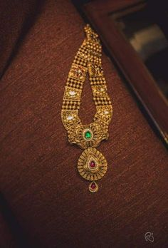 new ideas jewerly gold necklace indian weddings Antique Jewellery Designs, Indian Jewellery Design, Indian Jewelry, Indian Necklace, South Indian Jewellery, Designer Jewellery, Handmade Jewellery, Antique Jewelry, Bridal Jewelry
