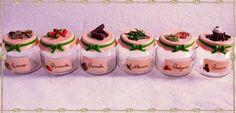 Potinhos de condimento decorados com biscuit.  http://carolartt.blogspot.com.br/p/biscuit_12.html