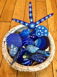 Get inspired with 20 painted sea shell crafts and shell designs. It's easy to decorate your favorite shells and turn them into beautiful shell art. Sea Crafts, Rock Crafts, Nature Crafts, Diy And Crafts, Arts And Crafts, Crafts With Seashells, Decor Crafts, Blue Crafts, Paper Crafts