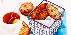 Försvinnande goda kakor med torkade tranbär, hasselnötter och muscovadosocker. Saftigheten och nötsmaken kommer från mandelmjölet.