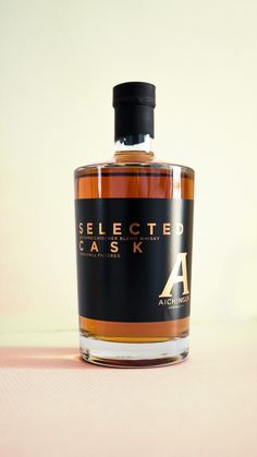Aus der hauseigenen Destillerie: Selected Cask mit Finishing im Eichenfass Whisky, The Selection, Perfume Bottles, It Is Finished, Beauty, Farm Shop, Wine Cellars, Barrel, Perfume Bottle