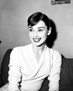"""@audrey_hepburn_argentina posted on Instagram: """"💛👑💛👑💛👑💛 #audreyhepburn 🌟❤️ #1957 🌟❤️ #Hollywood 🌟❤️ #beauty 🌟❤️ #beautiful 🌟❤️ #sunshine 🌟❤️ #cute…"""" • See all of @audrey_hepburn_argentina's photos and videos on their profile. Audrey Hepburn Outfit, Audrey Hepburn Mode, Aubrey Hepburn, Audrey Hepburn Photos, Audrey Hepburn Bangs, Audrey Hepburn Ballet, Audrey Hepburn Inspired, Divas, Classic Hollywood"""