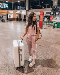 Airport Travel Outfits, Airport Style, Moda Streetwear, Streetwear Fashion, Cute Comfy Outfits, Casual Outfits, Airplane Outfits, Stylish Photo Pose, Luxury Lifestyle Fashion
