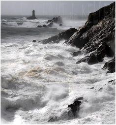 Coup de vent à la Pointe du Raz (Finistère) Phare de la Vieille de   John USHANT de KELLER