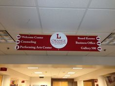 See how one high school in Orange County has made maneuvering the campus easier with wayfinding and directional signage from Superior Signs! Church Interior Design, Shop Interior Design, Visual Merchandising, Church Lobby, Church Foyer, Church Stage, Church Welcome Center, Plan Garage, Wayfinding Signs