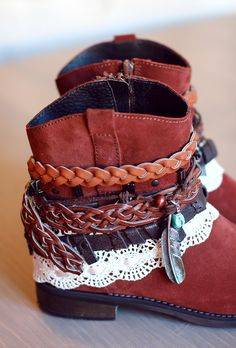 Another great example of turning your boots from ordinary to boho - this tutorial is not in English but the photos are pretty self-explanatory - on rauschgiftengel Cute Shoes, Me Too Shoes, Botas Boho, Boho Boots, Cowgirl Boots, Over Boots, Boot Jewelry, Boot Bling, Look Boho