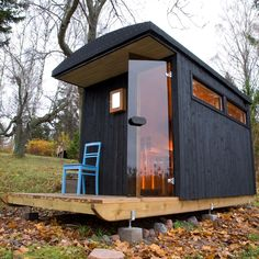 A mobile/portable Sauna Who wouldn't love one of these in their backyard! Who wouldn't love to have a Vancouver BC backyard esp. W/ sauna Sauna House, Sauna Portable, Design Sauna, Scandinavian Saunas, Modern Saunas, Mobile Sauna, Dezeen Architecture, Building A Sauna, Arquitetura
