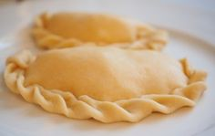 How to make pie dough. Do you want to make your own homemade pie dough? - How to make pie dough. Do you want to make your own homemade pie dough? How To Make Dough, How To Make Pie, Sweet Empanadas Recipe, Chicken Empanadas, Homemade Pie, Polish Recipes, Polish Food, Italian Dishes, Pumpkin Spice