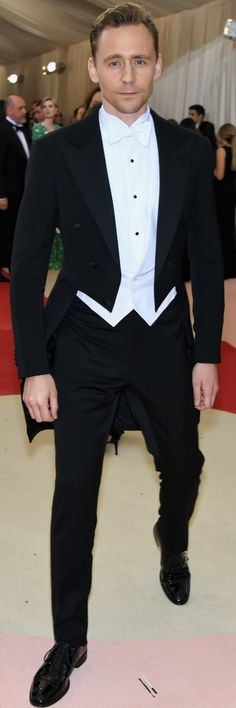 """Tom Hiddleston attends the """"Manus x Machina: Fashion In An Age Of Technology"""" Costume Institute Gala at Metropolitan Museum of Art on May 2, 2016 in New York City. Full size image: http://ww3.sinaimg.cn/large/6e14d388gw1f3i4ebiiftj21us2r47wh.jpg Source: Torrilla, Weibo"""