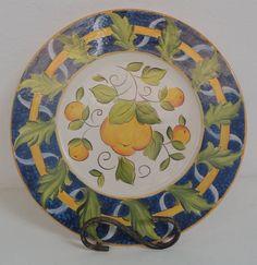 O sousplat, nome de origem francesa, significa suporte de prato. É um utensílio doméstico usado à mesa nas refeições, que contribui para a valorização da louça e com a decoração do ambiente. R$ 110,00