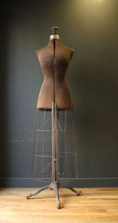 Anyone who knows me knows how much I love dress forms… I would fill my house with them if I could. Antique Victorian Dress Form with Metal Cage Old Dresses, Vintage Dresses, Vintage Outfits, Vintage Mannequin, Dress Form Mannequin, Objets Antiques, Mannequins, Dress Me Up, Dressmaking