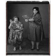 Ayer leía la triste noticia de la muerte de la fotógrafa estadounidense de 75 años Mary Ellen Mark (20-03-1940 hasta 25-05-2015), conocida por su periodismo gráfico, sus retratos y su fotografía publicitaria. Mary nació en los suburbios de Filadelfia, Pensilvania, y comenzó a fotografiar a los nueve años. En la Escuela Secundaria de Cheltenham, ya exhibió una gran habilidad para la pintura y el dibujo. Por ese motivo recibió una beca para estudiar pintura e historia del arte en la…