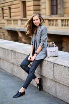 Blazer and jeans outfits: Dark grey skinny jeans paired with a light grey patterned blazer. So easy on the eye. Via Nicole Gregorová Blazer: Mango, Top: F&F, Jeans: Levi's, Shoes: Aldo, Bag: Rebecca Minkoff
