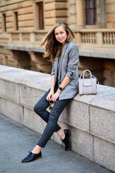 Blazer and jeans outfits: Dark grey skinny jeans paired with a light grey patterned blazer. So easy on the eye. Via Nicole Gregorová Blazer: Mango, Top: F&F, Jeans: Levi's, Shoes: Aldo, Bag: Rebecca Minkoff
