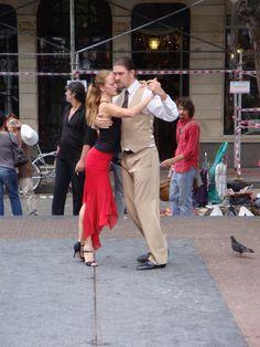 Éstas personas bailan el tango. Es una  actividad popular en Argentina. Los turistas pueden tomar lecciones de tango, ir a un tanguero para bailar o ver espectáculos de música y baile.