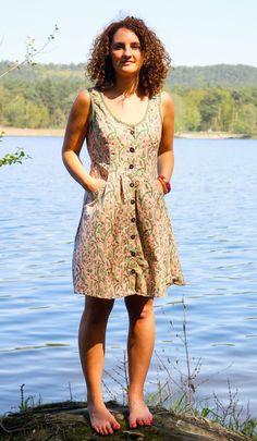 Genähtes Sommerkleid mit Knopfleiste nach einem einfachen Schnittmuster mit bebilderter Anleitung zum Nähen auch für Anfänger geeignet.