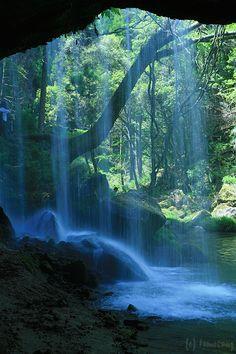 数々のCmの舞台になった熊本の鍋ヶ滝は、裏側の景観が美しい