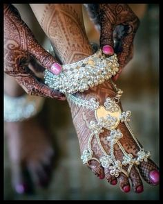 If you are shopping jewelry for your wedding then check latest Payal designs ideas 2019 for bride & her bridesmaids. Get some beautiful anklet designs 2019 that will make your feet look gorgeous. Payal Designs Silver, Silver Anklets Designs, Silver Payal, Anklet Designs, Henna Designs, Blouse Designs, Indian Wedding Jewelry, Bridal Jewelry, Silver Jewelry