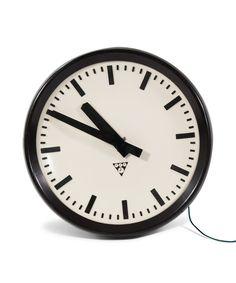 Czechosłowacki zegar dworcowy Pragotron z lat 70. Średnica: 31,5 cm. Obudowa z tworzywa sztucznego. Sprzedawane…