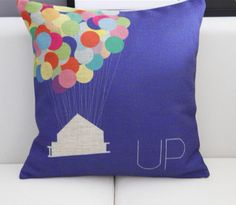 Un cuscino colorato per rendere divertente il divano