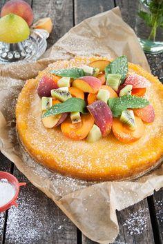 Pfirsich-Zitronen-Tarte mit bunten Früchten und Minze