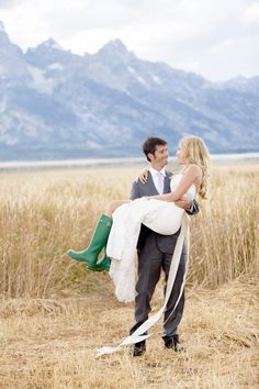So cute! I want a wedding picture like this! (with cowboy boots instead of rain boots!)