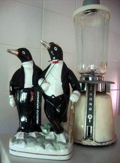 Eles deixaram de ser um símbolo kitsch e passaram a integrar a decoração de um jeito bem-humorado. Então, esqueça a vergonha e assuma os pinguins na sua casa. Eu já assumi faz tempo.