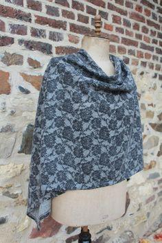 Blij om mijn nieuwste toevoeging aan mijn #etsy shop te kunnen delen: cape, omslagdoek http://etsy.me/2AIjAuY #kleding #vrouwen #eenmaat #kant #cape #poncho #omslagdoek #grijs #wit