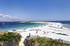 Plage de l'île Saint-Nicolas, qui fait partie de l'archipel des Glénan, au large de Concarneau et Loctudy, dans le Finistère. Cette plage paradisiaque a tout pour plaire ! Semblable aux plages des Caraïbes, le sable y est blanc et fin. Vous pouvez vous baigner des deux côtés de la plage qui forme un bras de terre s'enfonçant dans une lagune à l'eau turquoise et cristalline…