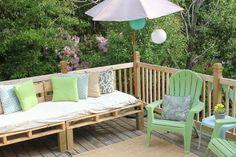 canapé-de-jardin-palettes-bois-coussins-deco-motif-chevron-chaises-vert-menth