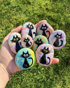 Here are 20 Halloween rock painting ideas to help get you inspired to create your very own Halloween painted rocks. If you're new to rock painting, see below for the best rock painting supplies… Rock Painting Supplies, Rock Painting Designs, Paint Designs, Rock Painting For Kids, Easy Canvas Painting, Halloween Rocks, Easy Halloween, Halloween 2020, Halloween Parties
