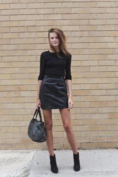 via Models Off Duty Leather Look Skirts, Teen Fashion, Womens Fashion, Fashion Black, Office Fashion, Look Street Style, Ellie Saab, Look Chic, Autumn Winter Fashion