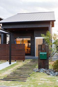 キャンプやバーベキュウなどアウトドアが好きなご家族のご要望は、お家でもアウトドアを楽しめることと、自然由来の建材を使いながらもカッコイイよくて少し可愛らしい雰囲気の内外装にしたいと言うものでした。In様が購入された土地は、70坪近くの広い敷地面積だったため、ガレージとお庭を広く取り、そこに繋がるインナーテラスは、夏はバーベキュウ、秋には七輪でサンマを焼いたり、高い天井からハンモックを吊るしてお昼寝したり出来る多目的なスペースに。外観は2階から1階まで切妻屋根をダイナミックに降ろしてシルエットを際立たせ、内観は漆喰塗りや無垢のフローリング、無垢の扉など暮らした年月と共に味が出る天然素材をふんだんに使い、アイアンやホーローなど、インダストリアルなテイストをもった家具や照明でコーディネイトして、ちょっと男前な雰囲気の空間をご提案。 MANLY HOUSE(平岡工務店 by Remix Design) Led Outdoor Wall Lights, Outdoor Walls, Outdoor Lighting, Outdoor Decor, Garden Tool Storage, Garden Tools, Narrow Garden, Garden Equipment, Solar Water