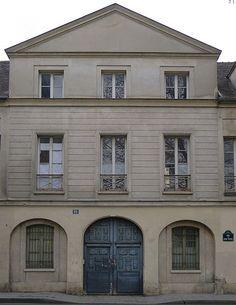 Hôtel de Croisilles (1619) 12, rue du Parc-Royal Paris 75003. Il ne reste en réalité que la façade traitée dans un style néo-classique. Longtemps menacé d'être démoli, il a été vendu avec l'Hôtel de Vigny qui se trouve au 10.