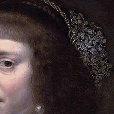 Particolari numero 4. Jan Antonisz van Raveasteyn: Ritratto di lady con abito nero e decoro di perle. Olio su tavola del 1631. Locazione sconosciuta. Una strana frangetta, che non si trova su molte fronti dell'epoca e i capelli leggermente crespi lasciati liberi: un'altra cosa inusuale, le occhiaie che di solito i pittori camuffavano, per adulazione. Molto originale e bella l'acconciatura sulla nuca, con una treccia arricchita da perle ritorte e un intreccio di foglioline e fiori d'argento.