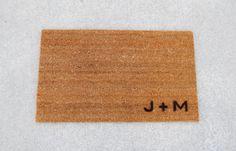 Bienvenue tapis / paillasson avec initiale personnalisée par No5958
