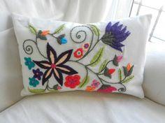 como bordar con lana a mano ile ilgili görsel sonucu Bordado Jacobean, Jacobean Embroidery, Embroidery Motifs, Silk Ribbon Embroidery, Embroidery Designs, Crazy Quilting, Indian Pillows, Mexican Embroidery, Diy Pillows