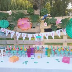 Une pendaison de crémaillère estivale : Tropicool Party Fete Marie, Party Deco, Deco Table, Style Inspiration, Table Decorations, Home Decor, Summer Parties, Tropical Party, Room Decor