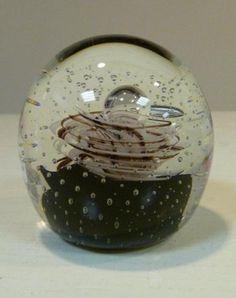 Een mooie ronde glazen presse papier met luchtbelletjes
