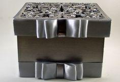 Caixa em MDF personalizada com recorte em lazer. <br>Cores disponíveis em dourado e prata. <br>Fita com laço chanell, cor a critério do cliente. Fita tamanho 15mm.. Acompanha enfeite strass sintético. Detalhes em auto relevo dourado ou prata. <br>Acompanha com a caixa sabonete liquido 40ml e uma mini toalha. Ambos com rótulos personalizados. <br>Prazo de entrega 20 dias uteis.