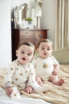 Six beautiful ways to dress your twins - Baby Magazine Cute Baby Boy Photos, Cute Baby Twins, Cute Kids Photos, Twin Baby Boys, Cute Asian Babies, Baby Boy Pictures, Cute Baby Videos, Cute Funny Babies, Cute Little Baby