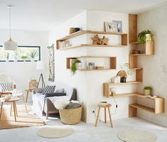 Custom wall shelves with oak wall shelves 90 x euros; 150 x 40 square brackets, euros and aluminum shelves fittings, x euros at Leroy Merlin. Source by emilie_trouillo Interior Design Living Room Warm, Room Interior, Living Room Designs, Oak Wall Shelves, Shelving, Floating Shelves, Corner Shelves, Shelf Wall, Living Room Colors