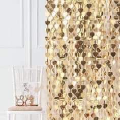 GOLD HEART GARLAND CREATES STUNNING BACKDROP WALL Bring your party to life with our gold heart garland. A great addition to any party venue and sure to shimmer and shine, this garland is the perfect addition to your decor elements whether you're hanging as a backdrop to the perfect to make a photo opportunity or as decor to make a stunning impact. * Ready to hang heart banner * Approximately 3ft wide x 8ft long Photos Booth, Photo Booth Props, Gold Wedding Decorations, Baby Shower Decorations, Anniversary Decorations, Decor Photobooth, Party Kulissen, Party Ideas, Party Shop