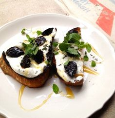 At Hardings, NYC --- The fig toast comes topped with warm whipped goat cheese, sliced mission figs and fresh herbs, all drizzled with rosemary honey ($10).