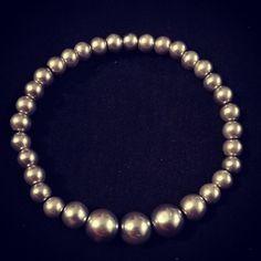 Esta es imitación de perlas color gris