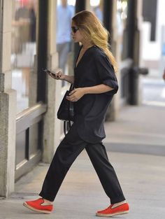 Ashley Olsen // black on black look with bright orange espadrilles #style #fashion #olsentwins