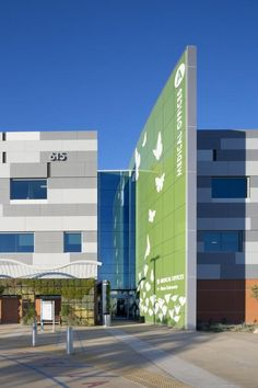 Visitors are able to easily identify the building entry by its oversized signage fin, which is boldly colored green, matching Kaiser Permanente's standard signage format for medical office buildings. In later phases, future buildings will have similar signage fins in blue, indicating hospital, and red, indicating emergency services. Photo: Assassi Productions.: