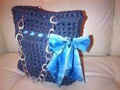 borsa realizzata con fettuccia color jeans con fiocco in raso e manico in catena color argento