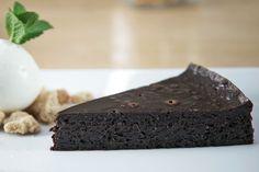 Αφράτη και νόστιμη σοκολατόπιτα από τον Άκη Πετρετζίκη. Θα σας θυμίσει το εσωτερικό από ένα σουφλέ σοκολάτας. Συνοδέψτε τη με παγωτό βανίλια & crumble αμυγδάλου